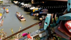 Mercado flotante de Pattaya Barco de madera turístico que se mueve a lo largo del agua Tailandia, Asia almacen de video