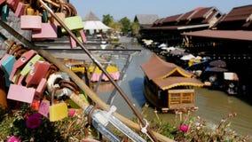 Mercado flotante de Pattaya Barco de madera turístico que se mueve a lo largo del agua Tailandia, Asia almacen de metraje de vídeo