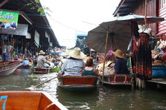 Mercado flotante en Tailandia imagen de archivo libre de regalías
