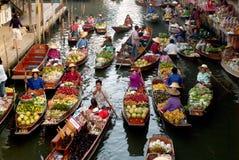 Mercado flotante en Tailandia. Imágenes de archivo libres de regalías