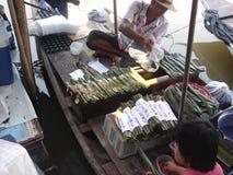 Mercado flotante en Tailandia foto de archivo