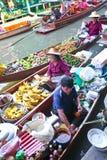 Mercado flotante ocupado en Tailandia Fotografía de archivo