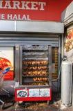 Mercado Halal con los pollos asados asados a la parrilla foto de archivo