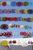 Mercado hecho a mano colorido de la venta de muchos pendientes justo Imagen de archivo libre de regalías