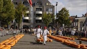 Mercado histórico del queso de Alkmaar en los Países Bajos almacen de video