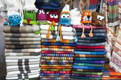 Mercado indígena colorido de Otavalo Foto de archivo