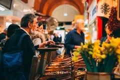 Mercado inglés, un mercado municipal de la comida en el centro del corcho, atracción turística famosa de la ciudad: soporte rústi fotos de archivo libres de regalías