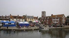 Mercado inglés Wareham Dorset de la ciudad con la gente y las paradas situadas en el río Frome almacen de metraje de vídeo