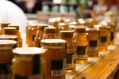 Mercado inglês, um mercado municipal do alimento do centro da cortiça, atração turística famosa da cidade: frascos do mel em um s Imagens de Stock Royalty Free