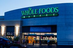 Mercado inteiro dos alimentos Apesar do impulso das Amazonas para reduções de preços em Whole Foods, a corrente permanece o quita imagem de stock
