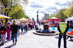 Mercado internacional de la comida en Tampere, Finlandia, el 17 de mayo de 2014 Imagen de archivo libre de regalías