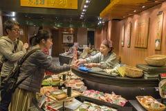 Mercado Kyoto de Nishiki de los pares que hace compras imagen de archivo
