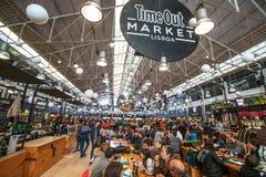 Mercado Lisboa del Time Out Muchedumbre de consumición de la gente fotografía de archivo