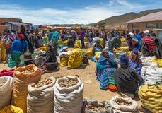Mercado local de domingo em Tarabuco, sucre, Bolívia foto de stock