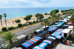 Mercado local perto do mar na Espanha imagens de stock royalty free