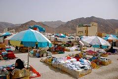 Mercado local que vende fechas y la alfombra Foto de archivo libre de regalías