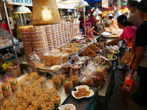 Mercado local tailandés, salmuera de los crustáceos, calamar seco, camarones, cerdo, pescados, setas y más Imágenes de archivo libres de regalías
