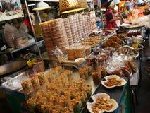 Mercado local tailandés, salmuera de los crustáceos, calamar seco, camarones, cerdo, pescados, setas y más Fotografía de archivo libre de regalías