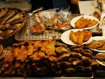 Mercado local tailandés, salmuera de los crustáceos, calamar seco, camarones, cerdo, pescados, setas y más Fotos de archivo libres de regalías