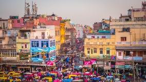Mercado ocupado de Chandni Chowk en Delhi vieja, la India imagen de archivo
