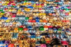 Mercado ocupado desde arriba - Bangkok, Tailandia de la noche Fotos de archivo libres de regalías