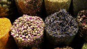 Mercado oriental com as especiarias nos UAE video estoque