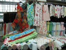 Mercado para las materias textiles Fotos de archivo libres de regalías