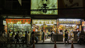 Mercado para o vendedor na estrada de chinatown Yaowarat, a rua principal da noite no bairro chinês Imagens de Stock