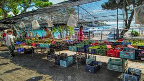 Mercado pelo mar Fotos de Stock Royalty Free