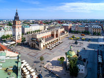 Mercado principal em Krakow, Polônia Silhueta do homem de negócio Cowering Fotografia de Stock