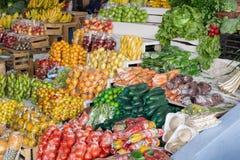 Mercado que vende las frutas y verduras, plátanos, papaya, sandías, bayas Suramérica, Ecuador imagen de archivo libre de regalías