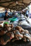Mercado que vende pescados frescos Fotos de archivo libres de regalías