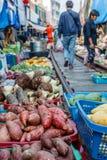 Mercado railway famoso de Maeklong, província de Samut Songkhram, Tailândia Imagem vertical fotografia de stock