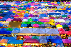 Mercado Ratchada de la noche del tren Foto de archivo libre de regalías
