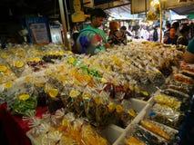 Mercado, salmuera locales tailandeses de los crustáceos, fruta seca, fruta cocida, setas y más Foto de archivo