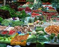 Mercado semanal com todos os tipos de legumes frescos fotos de stock