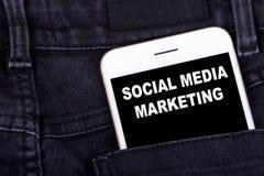Mercado social dos media Smartphone no bolso das calças de brim Negócio da tecnologia e fundo do desenvolvimento da campanha de p foto de stock royalty free