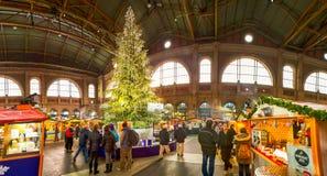 Mercado tradicional de la Navidad con el árbol del chrismast en Zurich, Suiza Fotos de archivo libres de regalías
