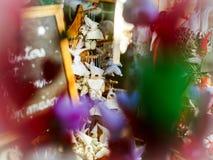 Mercado tradicional de la Navidad con los recuerdos hechos a mano Imagen de archivo libre de regalías