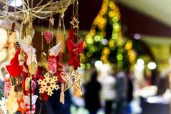 Mercado tradicional de la Navidad con los recuerdos hechos a mano Fotografía de archivo