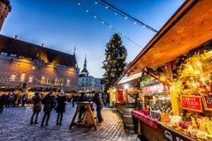 Mercado tradicional de la Navidad en la ciudad vieja de Tallinn Fotos de archivo libres de regalías
