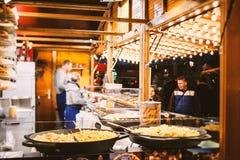 Mercado tradicional de la Navidad en la Estrasburgo histórica Francia Fotos de archivo