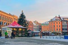 Mercado tradicional de la Navidad en Riga con maravillosamente un adornamiento Fotografía de archivo