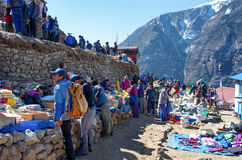 Mercado tradicional de sábado en el Bazar de Namche, Nepal Foto de archivo libre de regalías