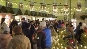 Mercado tradicional del día de fiesta con el árbol de navidad en Helsinki, Finlandia almacen de video