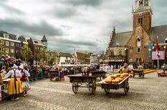 Mercado tradicional do queijo holandês em Alkmaar, os Países Baixos Fotografia de Stock