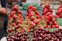 Mercado Vancouver de Granville de las fresas y de las aclamaciones imagenes de archivo