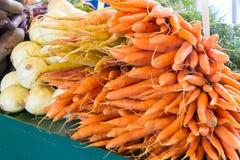 Mercado vegetal con los puerros y las zanahorias para la venta Imagen de archivo