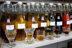 Mercado: vinagres feitos a mão da erva foto de stock