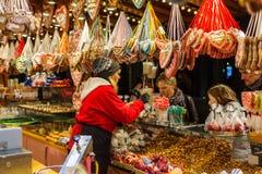 Mercado Weihnachtsmarkt de la Navidad de la tradición Fotos de archivo libres de regalías